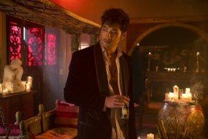 Kalo ini Magnus Bane. Diperankan oleh Godfrey Gao.
